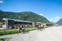 maneggio isola del cavallo - vista campo esterno appartamenti e campo coperto_B173391
